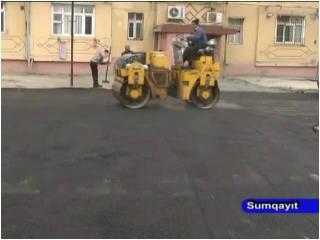 Sumqayıtda məhəllədaxili yollara asfalt örtüyü döşənir - VİDEOREPORTAJ